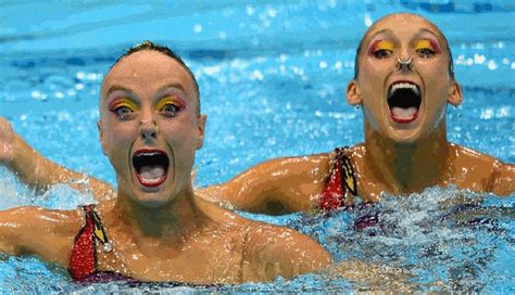 de synchronized swimmers