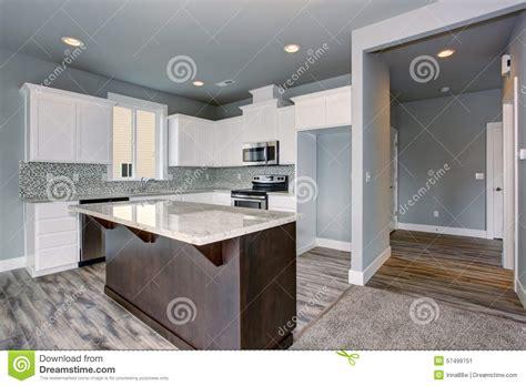 grey brown kitchen cabinets cuisine unique avec le plancher en bois dur gris photo 4056