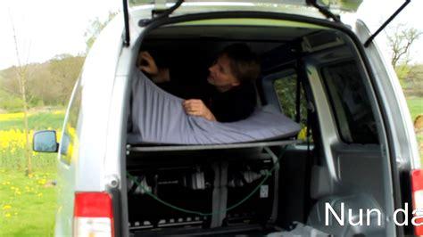 vw caddy bett im hochdachkombi mit ein paar handgriffen