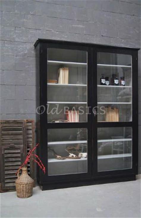 Vitrinekast 10133   Stijlvolle oude houten vitrinekast met