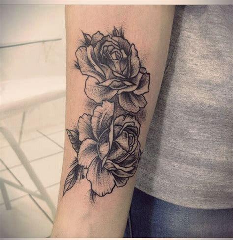 Resultado de imagem para tatuagem rosas preto e branco
