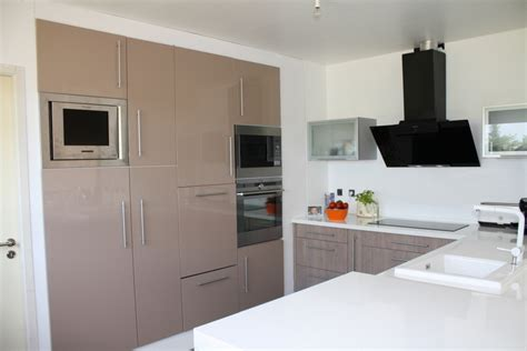 cuisine noir laqué plan de travail bois cuisine beige fabricant de mobilier sur mesure pour