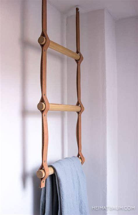 porte serviette cuisine un porte serviette échelle avec des barreaux de bois sur