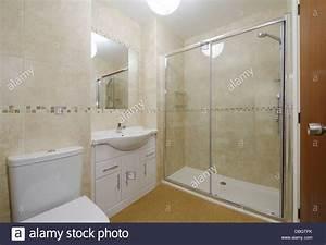 Toilette Mit Dusche : modernes kleines bad mit toilette waschbecken und dusche stockfoto bild 58763003 alamy ~ Markanthonyermac.com Haus und Dekorationen