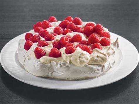 dessert a la meringue pavlova meringue 224 la cr 232 me et aux framboises recipe cuisine pavlova and desserts