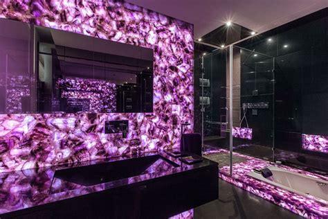 salle de bain marbre violet