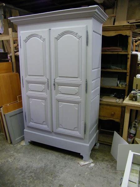 une normande en cuisine armoire ancienne repeinte en gris et patinée atelier de