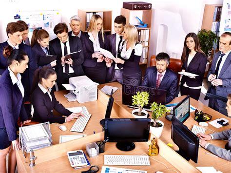 affaire de bureau gens d 39 affaires de groupe dans le bureau photographie