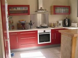 Avec la credence et le four inox for Idee deco cuisine avec cuisine couleur rouge bordeaux
