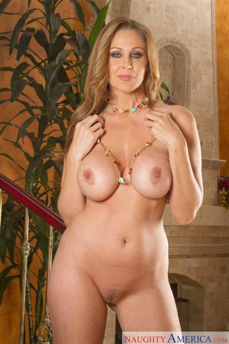 [my Friends Hot Mom] Stunning Cougar Mom Julia Ann Posing