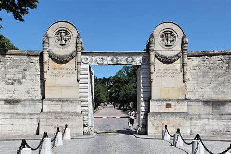 pere la chaise père lachaise cemetery entrance