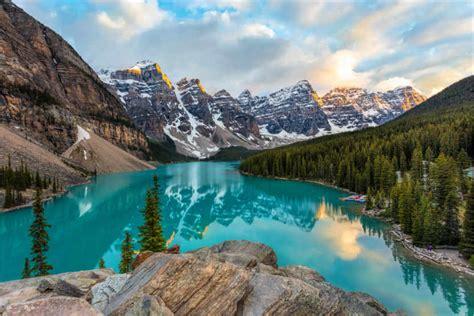 Moraine Lake in Alberta, Kanada Poster online bestellen ...