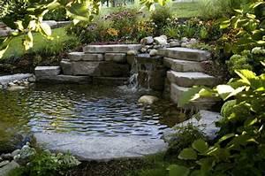 Teich Und Garten : bachlauf im garten teich mit bachlaufanlage bauen ~ Frokenaadalensverden.com Haus und Dekorationen