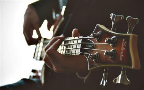 Dahulu di web kita tercinta ini, pernah dibahas masalah alat musik menurut ulama syafi'iyah. Benarkah Hukum Musik Haram Dalam Islam? Part 2
