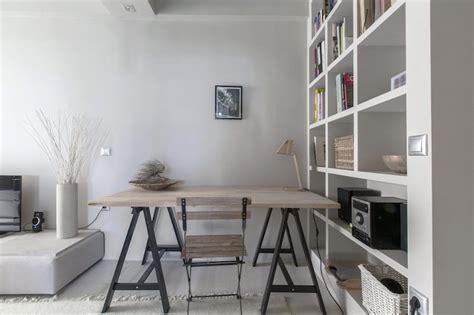 bureau gris metal dans meuble peinture gris perle et meubles blanc cassé en déco mini studio