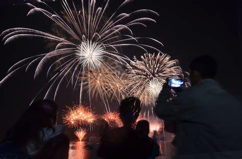 foto kembang api  lampion hiasi langit indonesia