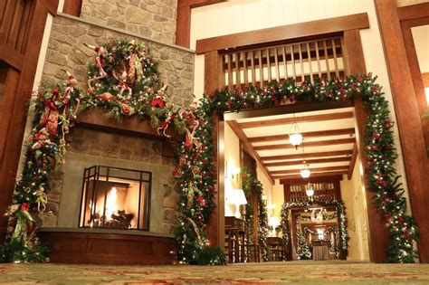 discover  holiday cheer   decorated virginia