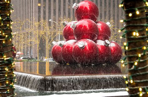christmas decoration around nyc things to do in new york city at travel caffeine