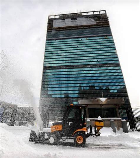 siege de onu photo un chasse neige au pied du siège de l 39 onu