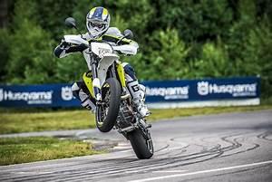 Moto Et Motard : husqvarna 701 supermoto en wheeling scooter moto pinterest moto motard et motos sportives ~ Medecine-chirurgie-esthetiques.com Avis de Voitures
