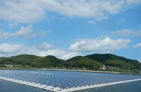solar panels floating  water  power japans homes