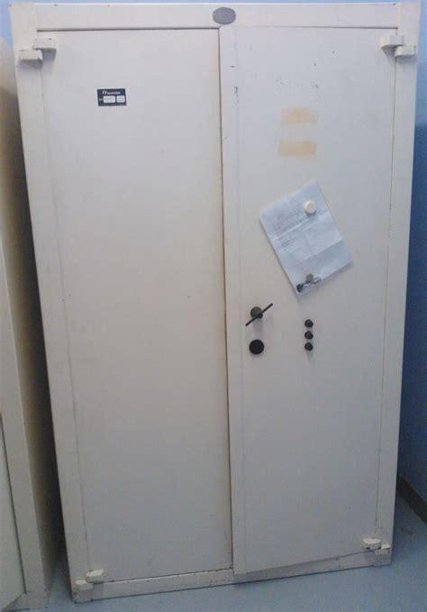 armoire forte 2 portes de marque carmine systeme a cle