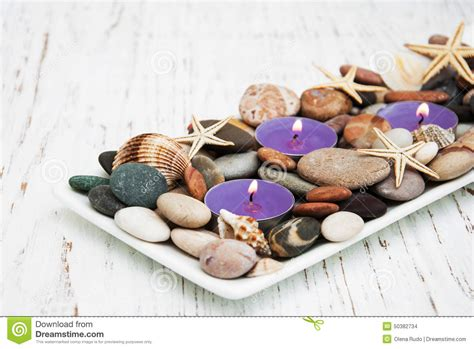 stock candele candele con i ciottoli le stelle marine e le conchiglie