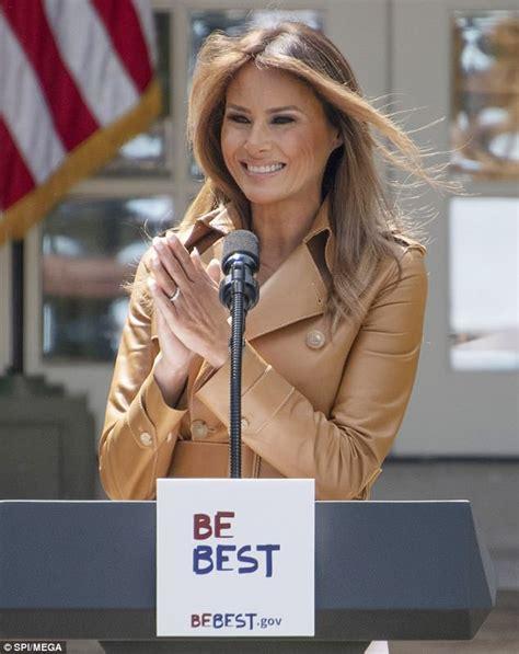 Melania Trump prepares White House for Christmas - YouTube