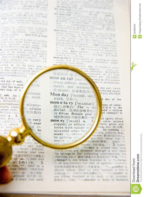 le de bureau avec loupe livre avec une lentille de loupe image stock image 22462555