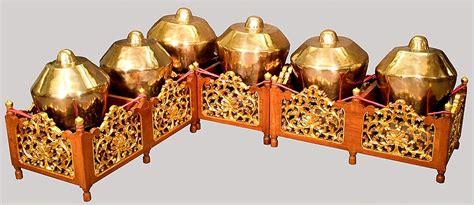 Dalam sebuah pertunjukan, alat musik tradisional jawa tengah yang satu ini juga dimainkan dengan cara dipukul menggunakan pemukul khusus. 12 Alat Musik Tradisional Jawa Tengah yang Sering Digunakan untuk Gamelan   BukaReview