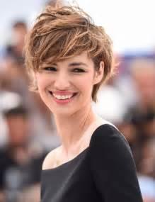 coupe courte cheveux frisã s les 25 meilleures idées concernant cheveux courts sur styles de coupes au carré