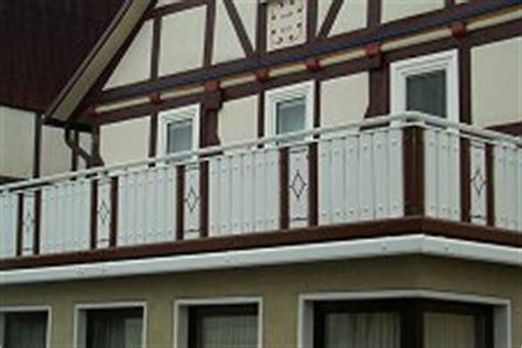 balkongeländer aluminium pulverbeschichtet balkongel 228 nder aluminium balkongelaender alu holzoptik