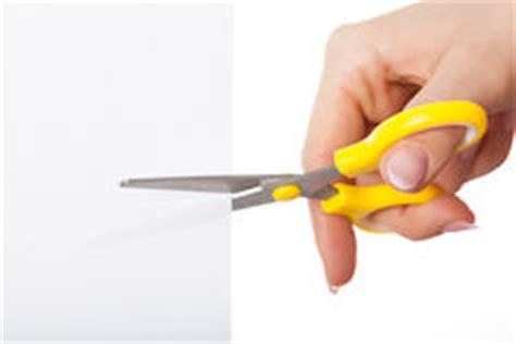 main avec des ciseaux photo stock image du femme doigts