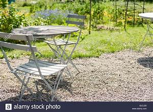Tisch Und Stuhl : tisch und stuhl auf hinterhof terrasse stockfoto bild ~ Pilothousefishingboats.com Haus und Dekorationen