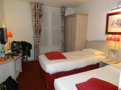 chambre hotel disneyland mur de la salle de bain picture of kyriad a disneyland