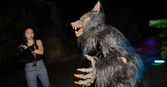 Universal Studios Halloween Horror Nights 2016 by Lobisomem Tenta Assustar Jornalista No Evento Halloween