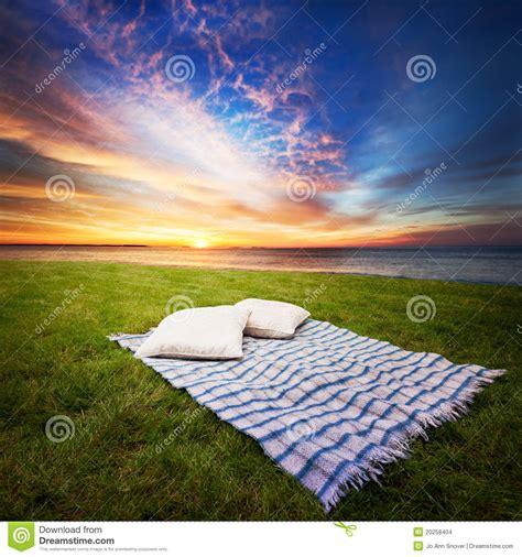 Decke Und Kissen Auf Gras Stockbilder  Bild 20258404