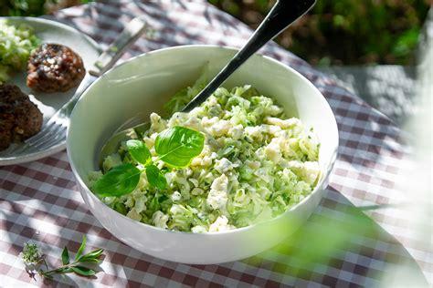 Svaigu kāpostu salāti ar zilo sieru