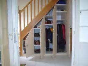 placard sous escalier portes battantes beige escaliers