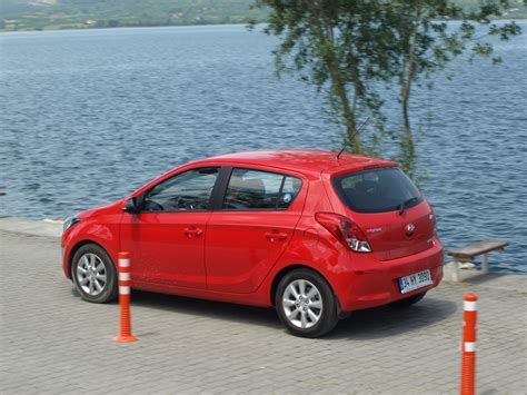 avis hyundai i20 avis hyundai i20 review hyundai i20 active review and road test used hyundai i20 1 2 motion