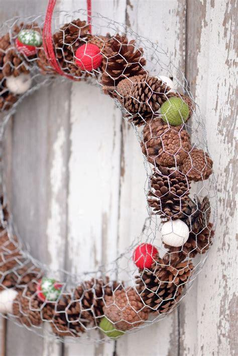 diy wire frame christmas decorations wire wreath tutorial crafty 2 the diy galore chicken wire crafts wire wreath wreaths