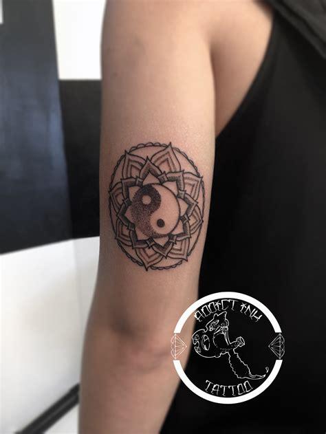 tatouage mandala dotwork yinyang femme addict ink tattoo