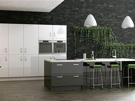mur en cuisine cuisine gris anthracite 56 idées pour une cuisine chic