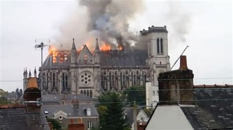si鑒e social nantes flames burst through roof blaze engulfs historic basilica in nantes rt