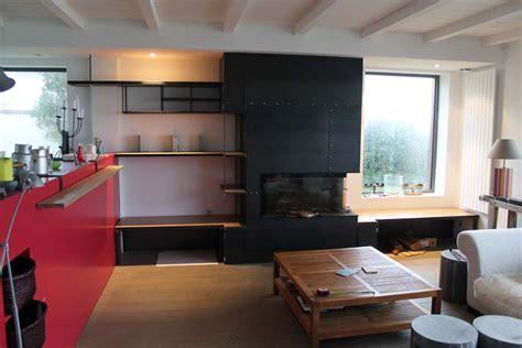 cuisine d été en bois habillage de cheminée en acier et étagères métal bois