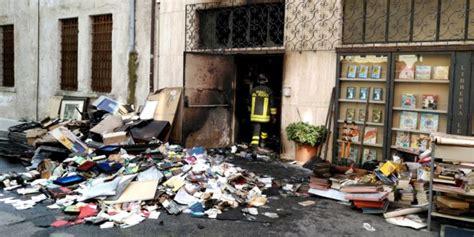 libreria thiene thiene incendio nella libreria leoni ingenti i danni