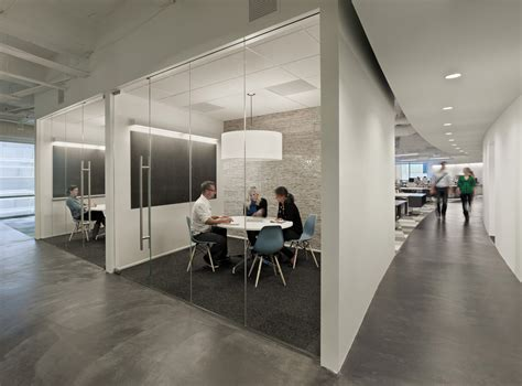 Tips Of How To Decor A Stark Office Design