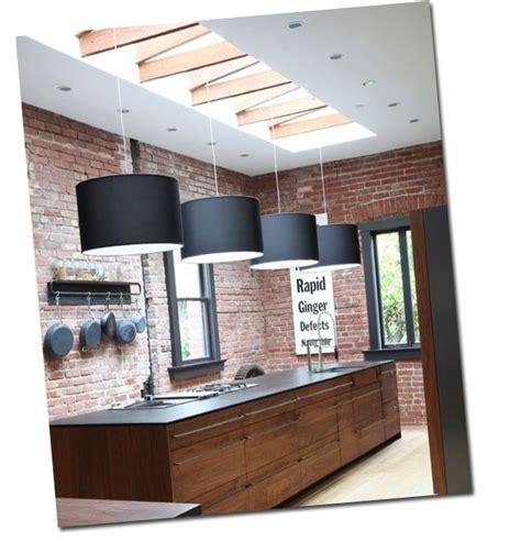 mur de cuisine cuisine avec un mur de briques