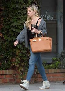 Sarah Michelle Gellar In A Blue Slim Jeans Was Seen Out In