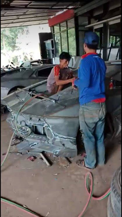 penampakan bengkel replika mobil mewah  bandung